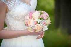 Braut mit rosa Rosenblumenstrauß Lizenzfreie Stockbilder