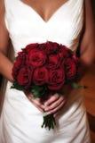 Braut mit Rosen-Blumenstrauß Lizenzfreies Stockfoto
