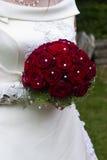 Braut mit roten Rosen Stockbild