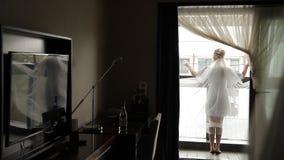 Braut mit Schleier auf dem Balkon stock footage
