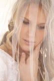 Braut mit Schleier über Gesichtsgenauem blick unten Stockbild