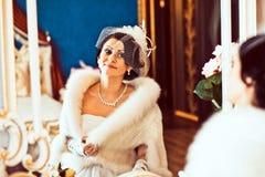 Braut mit Spiegel Stockbild