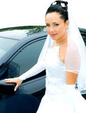 Braut nahe dem Auto lizenzfreies stockbild