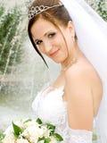 Braut nahe dem Brunnen Stockfotografie