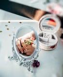 Braut reflektiert im Spiegel Lizenzfreies Stockfoto