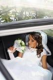 Braut-riechender Blumenstrauß stockbilder