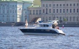 Braut Russlands St Petersburg im Juli 2016 wird auf einem Boot fotografiert Lizenzfreies Stockfoto
