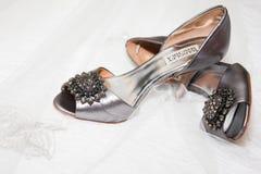 Braut ` s Badgley Miscika Hochzeits-Schuhe lizenzfreie stockfotos