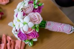 Braut ` s Blumenstrauß, der auf dem Tisch liegt Lizenzfreie Stockfotos