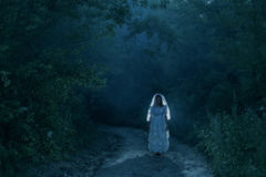Braut ` s Geist im Nachtwald Stockbilder