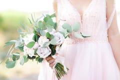 Braut ` s Hände halten schönen Brautblumenstrauß im Freien lizenzfreie stockfotografie
