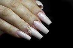 Braut ` s Hände mit einfacher Maniküre mit einem kleinen Juwel auf dem Na lizenzfreies stockbild