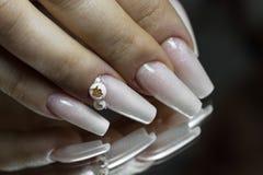 Braut ` s Hände mit einfacher Maniküre mit einem kleinen Juwel auf dem Na lizenzfreie stockbilder