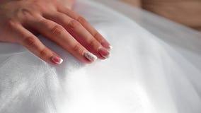Braut ` s Morgen Hochzeit der schönen Kunst Hände einer Brautnahaufnahme liegen auf zuhause einem weißen Kleiderhochzeitskonzept stock footage