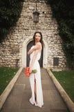 Braut Schöne junge Frau im Park mit Blumenstrauß an einem warmen Sommertag Stockbild