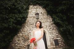 Braut Schöne junge Frau im Park mit Blumenstrauß an einem warmen Sommertag Stockbilder