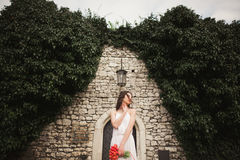 Braut Schöne junge Frau im Park mit Blumenstrauß an einem warmen Sommertag Lizenzfreies Stockfoto