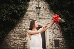 Braut Schöne junge Frau im Park mit Blumenstrauß an einem warmen Sommertag Stockfotos