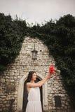 Braut Schöne junge Frau im Park mit Blumenstrauß an einem warmen Sommertag Lizenzfreies Stockbild