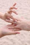 Braut setzt Ring auf Bräutigam - Strand-Hochzeit Lizenzfreie Stockfotografie