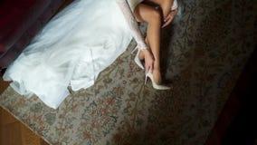 Braut setzte an Schuhe stock footage