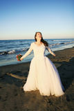 Braut am Strand lizenzfreies stockbild
