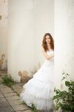 Braut sucht heraus nach der Spalte Stockfotografie