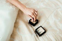 Braut Takinohrring mit der Hand Lizenzfreie Stockfotos