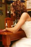 Braut am Tisch Lizenzfreie Stockfotos