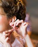 Braut trägt Ohrringe Lizenzfreie Stockfotos
