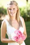 Braut-tragende Kleid-Holding Bouqet an der Hochzeit Stockfotografie