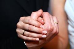 Braut- u. Bräutigamhände mit Ringen Stockfotos