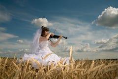 Braut u. Violine Stockbilder