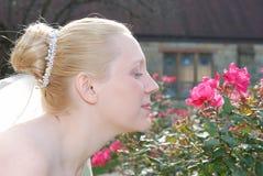 Braut und Blume lizenzfreies stockbild