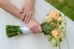 Braut und Blumen stockfotos