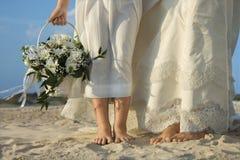 Braut-und Blumen-Mädchen auf Strand lizenzfreie stockbilder