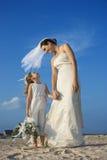 Braut-und Blumen-Mädchen auf Strand stockfoto