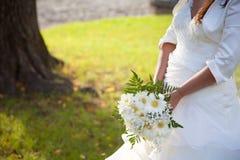 Braut und Blumenstrauß in einem Hochzeitstag Lizenzfreie Stockfotografie
