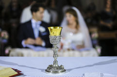 Braut und Bräutigam am Altar stockfotos