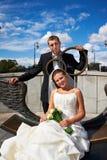 Braut und Bräutigam auf Bronzebank Stockfoto