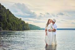 Braut und Bräutigam auf dem Fluss lizenzfreie stockfotos