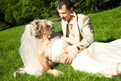 Braut und Bräutigam auf dem Gras Stockfotos