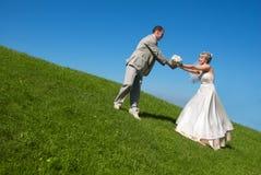 Braut und Bräutigam auf dem Hügel Lizenzfreies Stockfoto