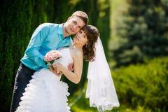 Braut und Bräutigam auf dem Hochzeitsweg stockfotos