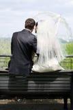 Braut und Bräutigam auf der Bank Stockfoto