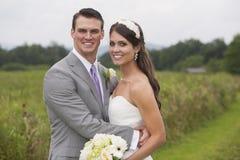 Braut und Bräutigam auf einem Gebiet Stockfoto