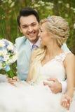 Braut und Bräutigam auf einem Gebiet Stockbild