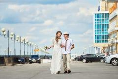 Braut und Bräutigam auf einem Weg stockfotos