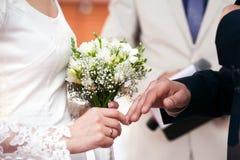 Braut und Bräutigam auf Hochzeitstag lizenzfreies stockfoto