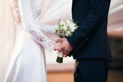 Braut und Bräutigam auf Hochzeitstag lizenzfreies stockbild